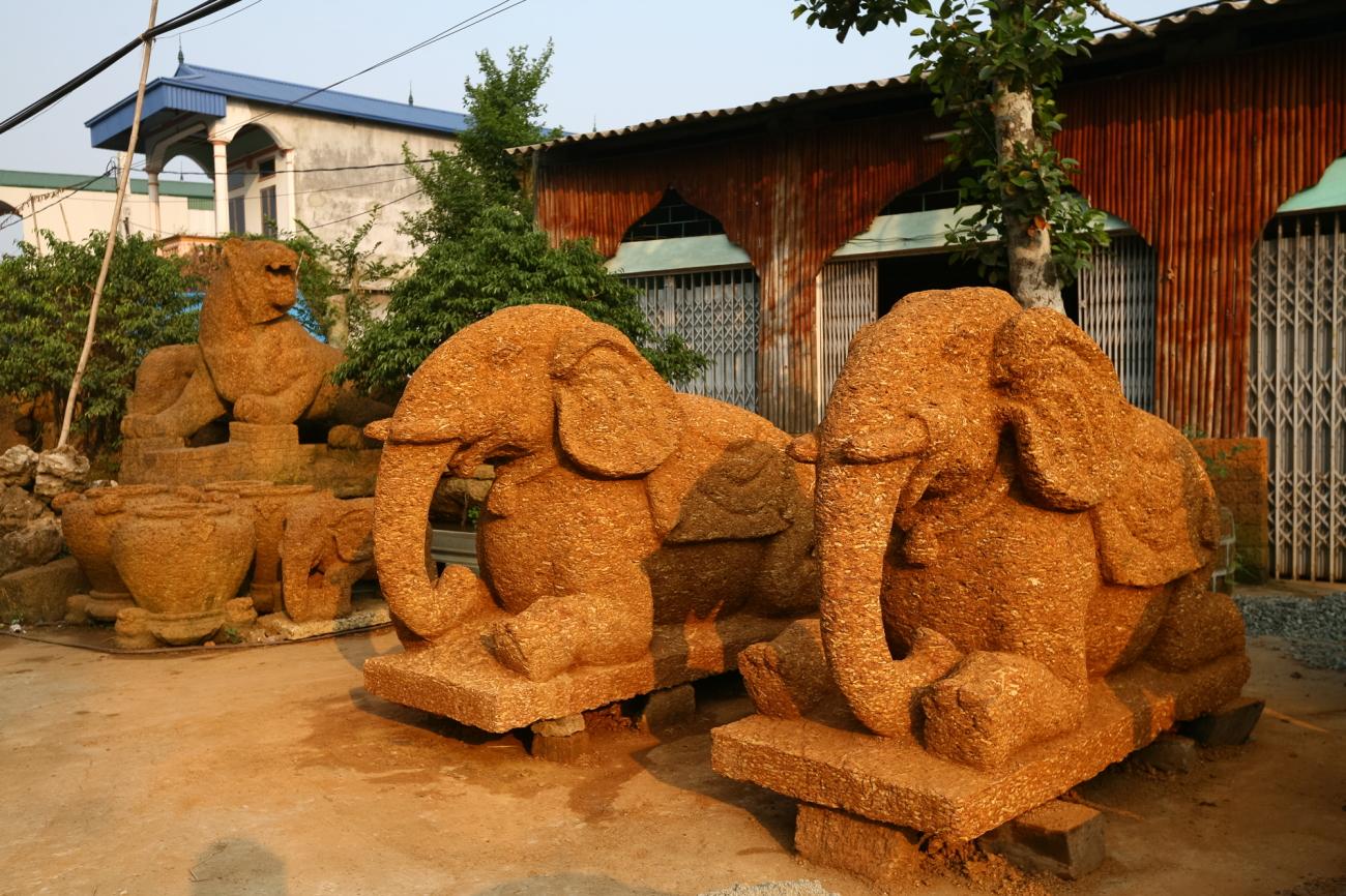 Những chú voi được làm bằng đá ong để đặt trước sân đình.