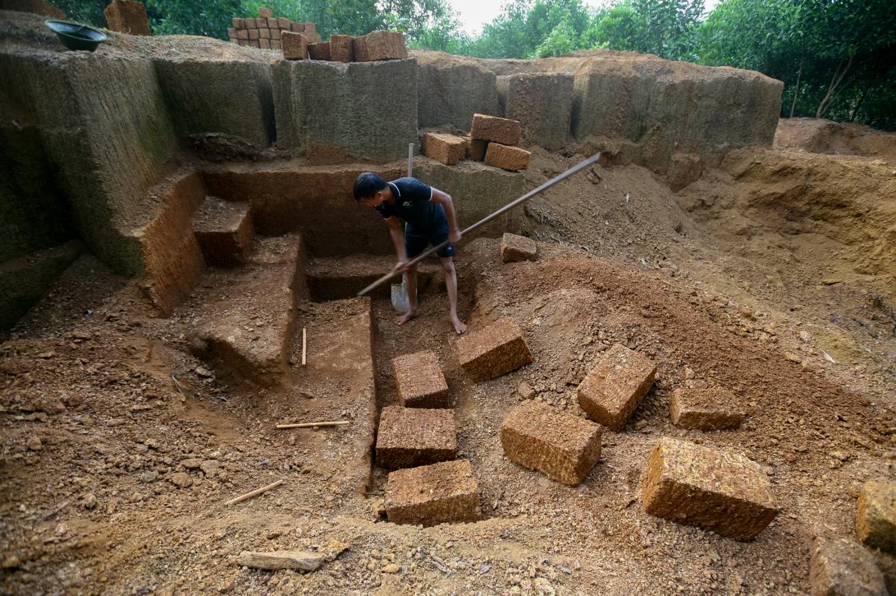 Một bãi khai thác đá ong lộ thiên ở Bình Yên.
