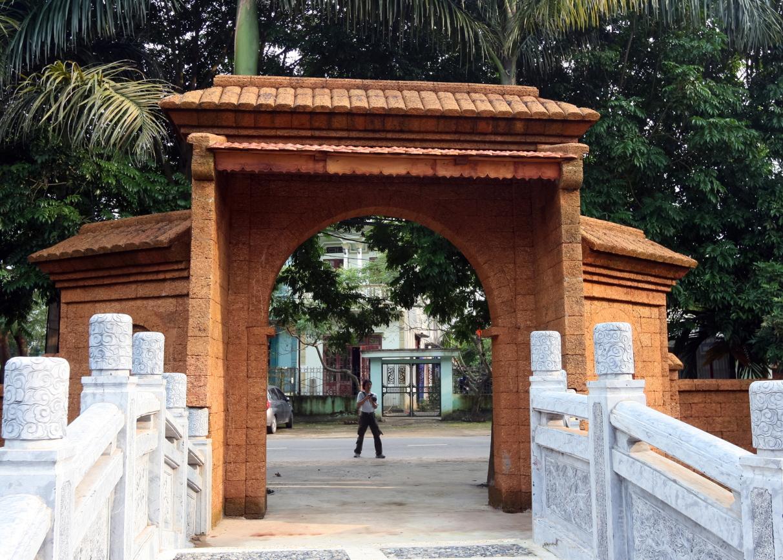 Chiếc cổng vào nhà được tạo hình bề thế bằng đá ong.