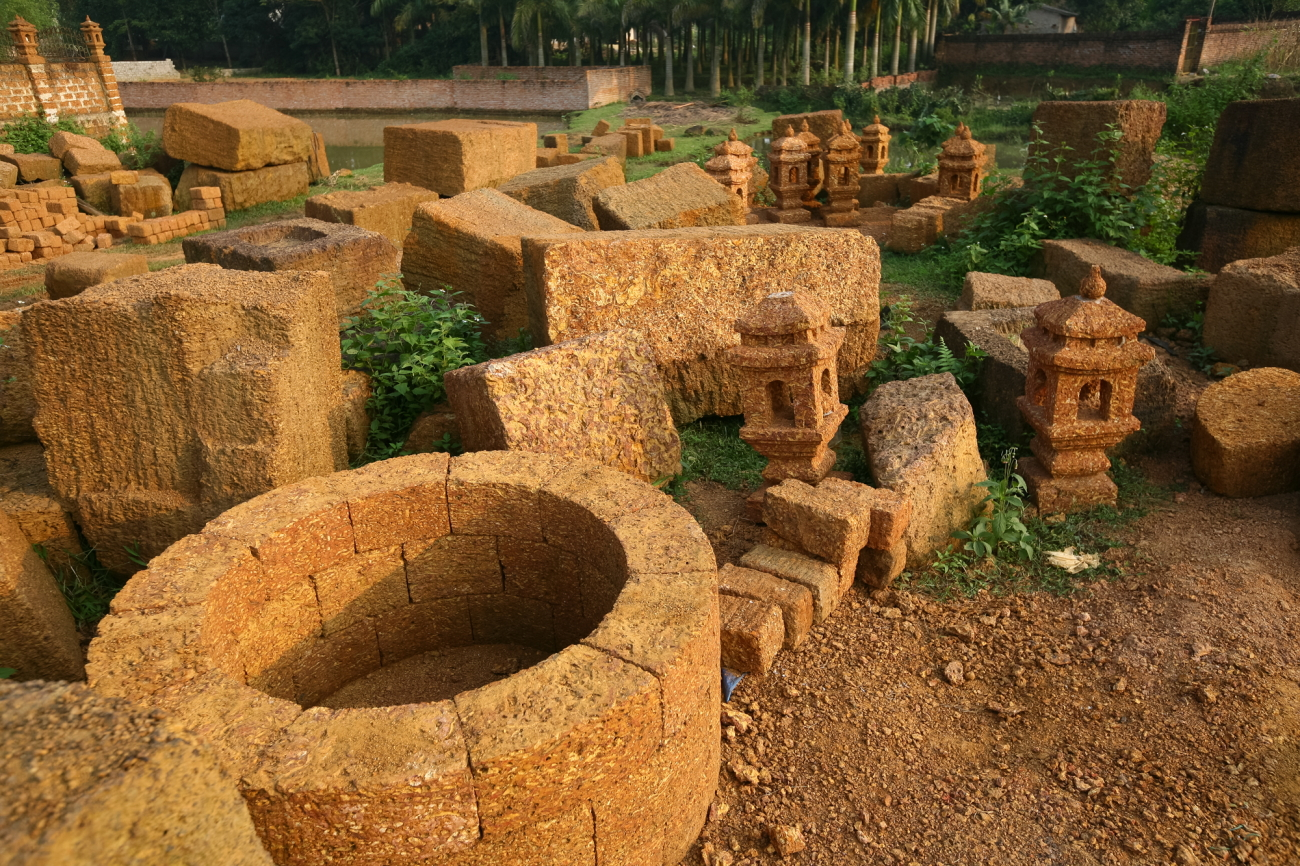 """Khắp mọi ngõ ngách của xóm làng ở xã Bình Yên """"phủ"""" một màu vàng đá ong đặc trưng. Đâu đâu cũng thấy đá ong..."""
