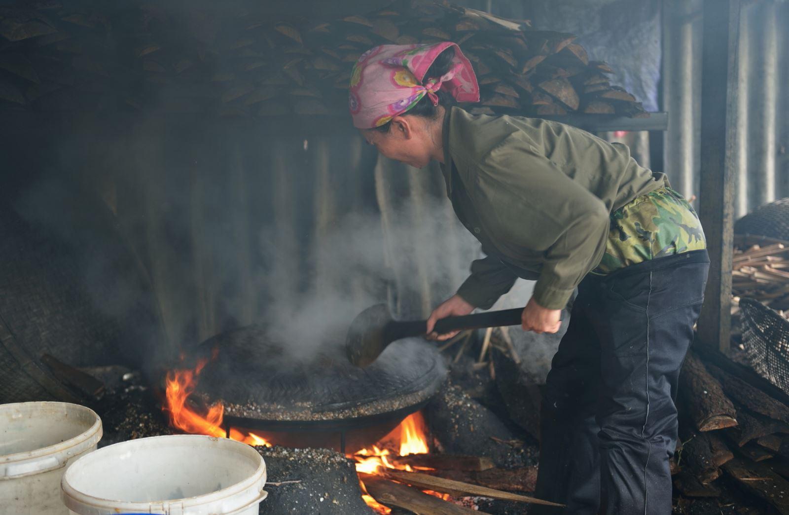 """Luộc hến 30 phút dưới bếp lửa to. Khi nước hến trào ra thì quấy nồi hến đến khi hến """"há miệng"""" mới vớt hến ra để đãi lấy ruột."""