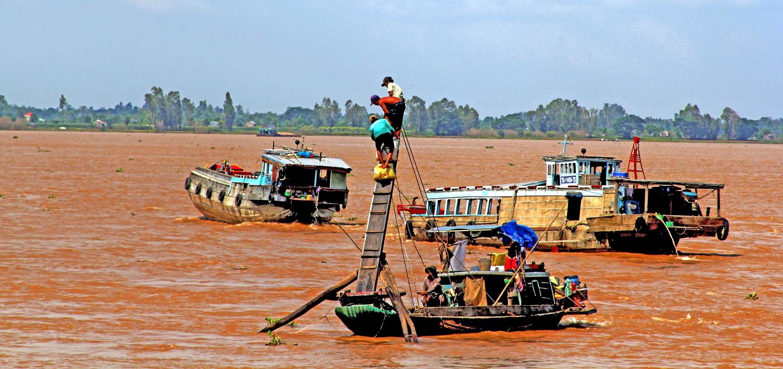 Xúc vợt - là một công cụ đánh bắt cá linh trên đầu nguồn sông Tiền - Tân Châu
