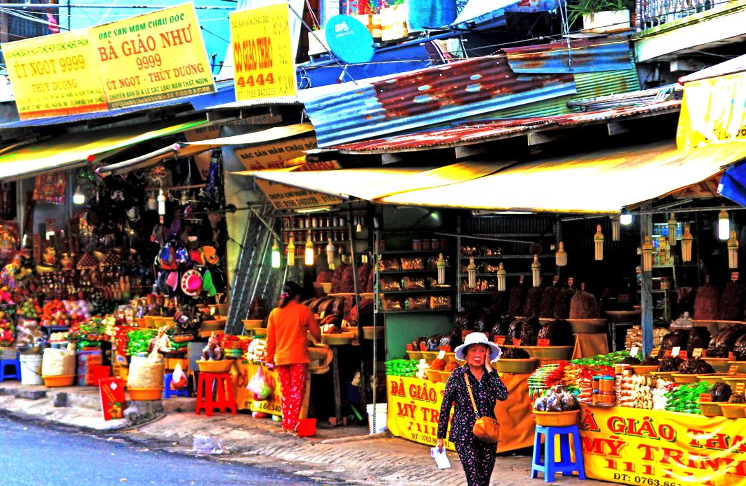 Mắm cá linh được bày bán ở chợ Châu Đốc (An Giang)