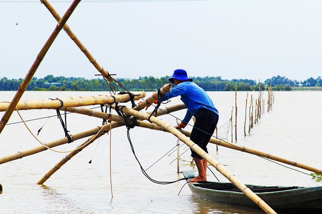 Người dân giăng lưới đánh bắt cá, cả ngày lẫn đêm, bằng nhiều dụng cụ đánh bắt thủy sản.