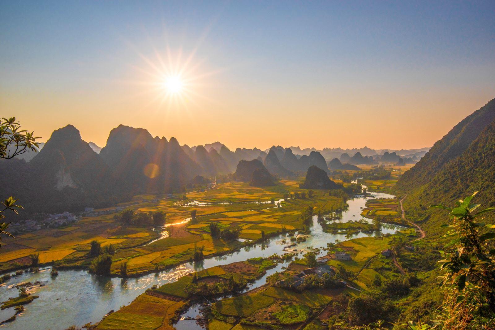 Thung lũng Ngọc Côn ngập một màu vàng của lúa chín bên dòng sông Quây Sơn trong ánh bình minh.