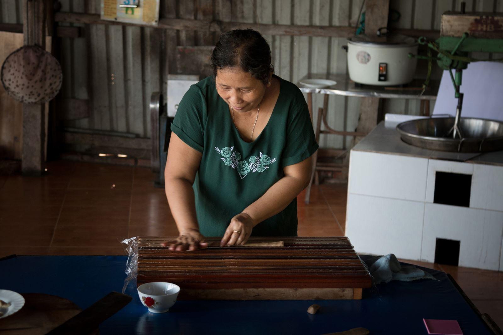 Ép khuôn kẹo dừa trong một cơ sở gia đình sản xuất kẹo dừa.
