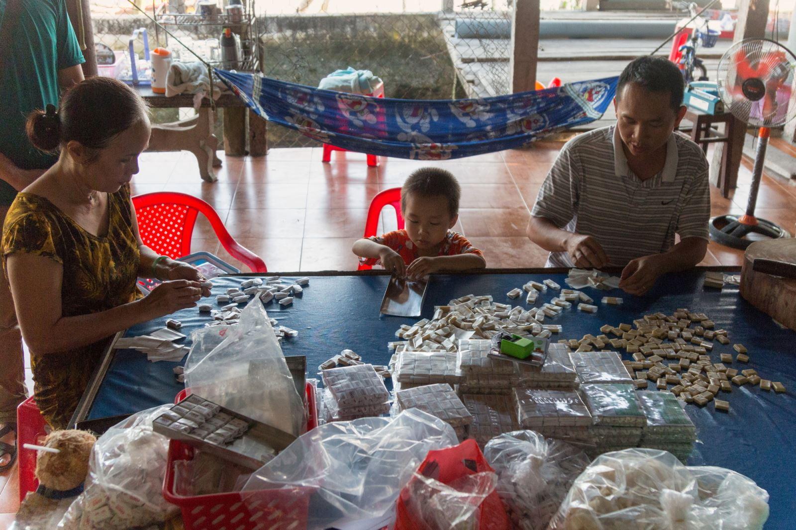Đóng gói kẹo dừa trong một gia đình sản xuất kẹo dừa ở 7C, ấp Phú Hào, xã Phú Hưng, TP.Bến Tre.