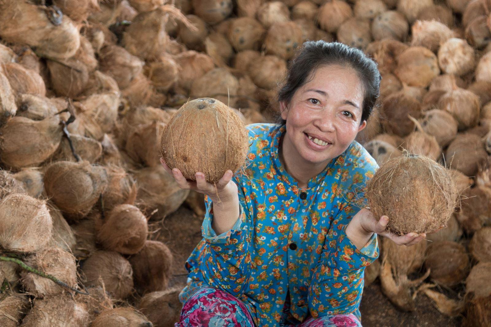 Công nhân xưởng dừa (chị Lê Thị Mái, công nhân công ty TNHH dừa Mười Hiền).