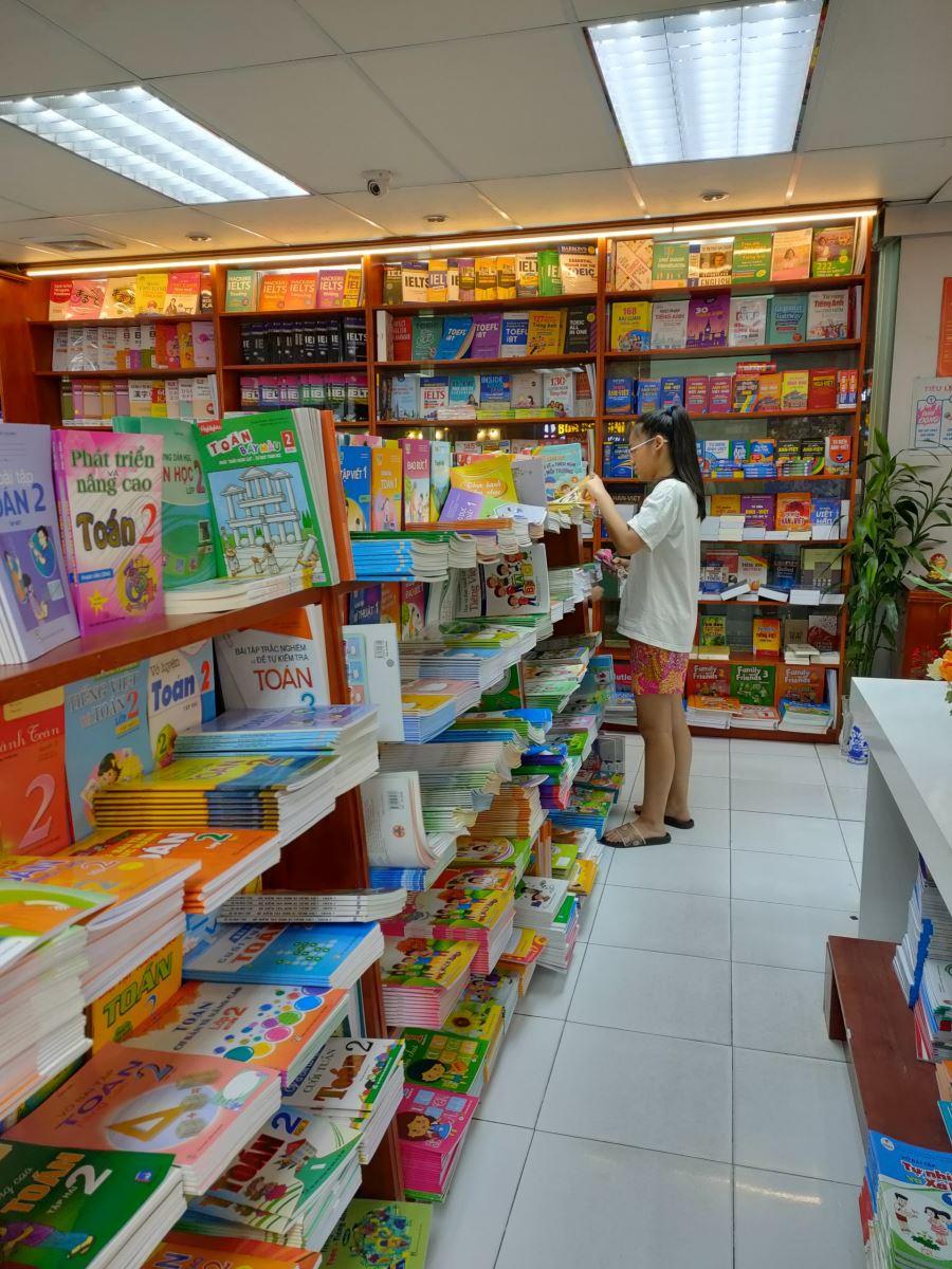 Nhiều phụ huynh vẫn nháo nhào đi tìm sách cho con.