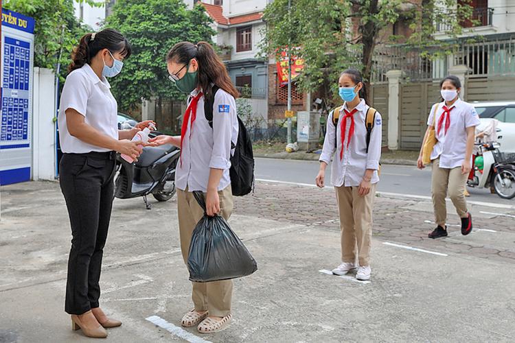 Học sinh thực hiện các biện pháp an toàn trước khi vào trường