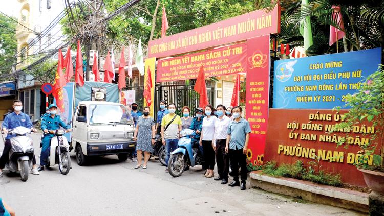 Lãnh đạo phường Nam Đồng, quận Đống Đa, TP. Hà Nội, kiểm tra, đôn đốc công tác chuẩn bị bầu cử.