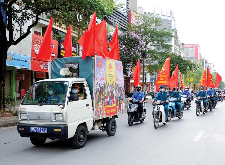 Đoàn xe tuyên truyền về bầu cử đi khắp các con phố.