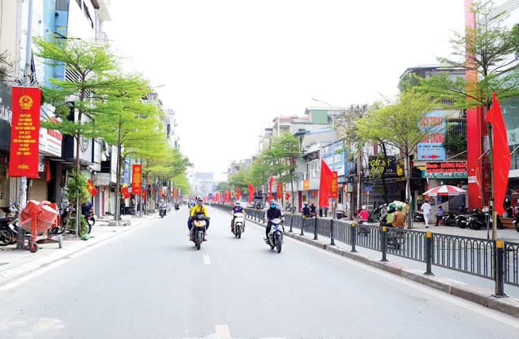 Dọc phố Nguyễn Lương Bằng đã phủ kín màu đỏ của cờ, băng-rôn.