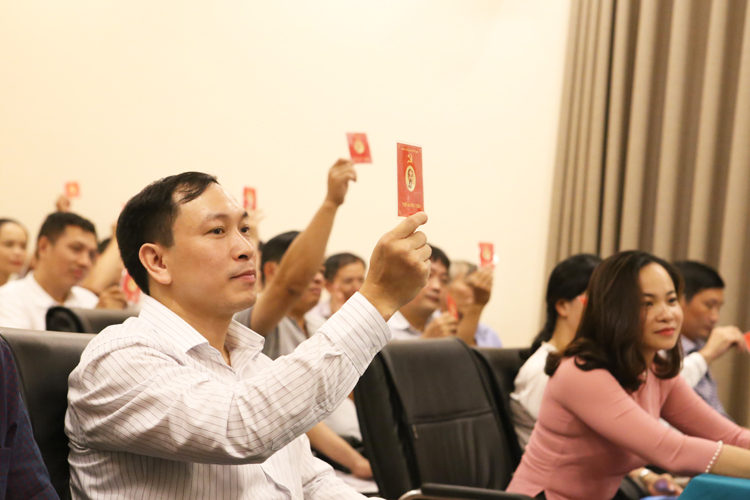 Các đồng chí Đảng viên dơ thẻ Đảng biểu quyết.