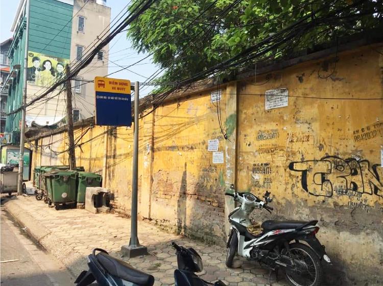 Bức tường dọc phố Nam Đồng lúc chưa được khoác bộ cánh mới.