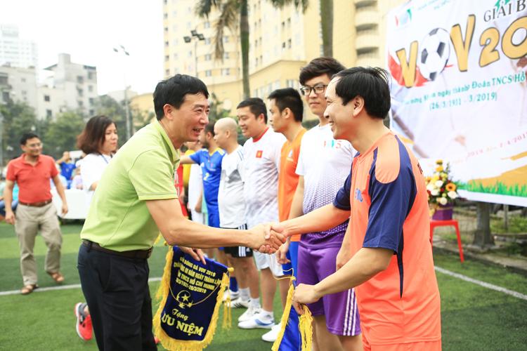 Ông Dương Hồng Hải, Phó chủ tịch Công Đoàn Đài TNVN, giám đốc trung tâm R & D, tặng hoa và kỷ niệm chương cho đoàn TN CSHCM Đài TNVN cùng các đội đại diện 10 đội bóng tham dự giả đấu.