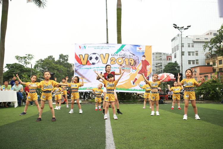 Đội múa Sơn ca thuộc Nhà hát ĐTNVN với tiết mục dance sport sôi động