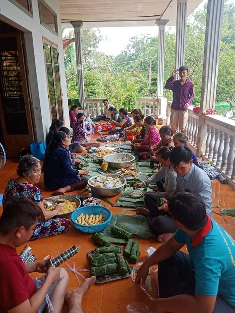 Đông đảo tấm lòng nhân ái có mặt tại nhà của chị Trần Thị Ngọc Thúy để tổ chức làm bánh tét gửi tặng bà con miền Trung.