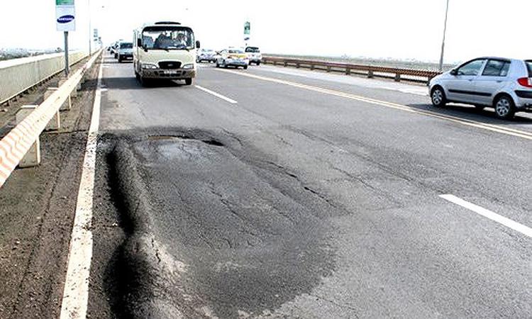Dù đã nhiều lần sửa chữa, nhưng mặt cầu Thăng Long liên tiếp xuất hiện vết lún, nứt, xuống cấp nghiêm trọng khiến việc lưu thông gặp nhiều khó khăn.