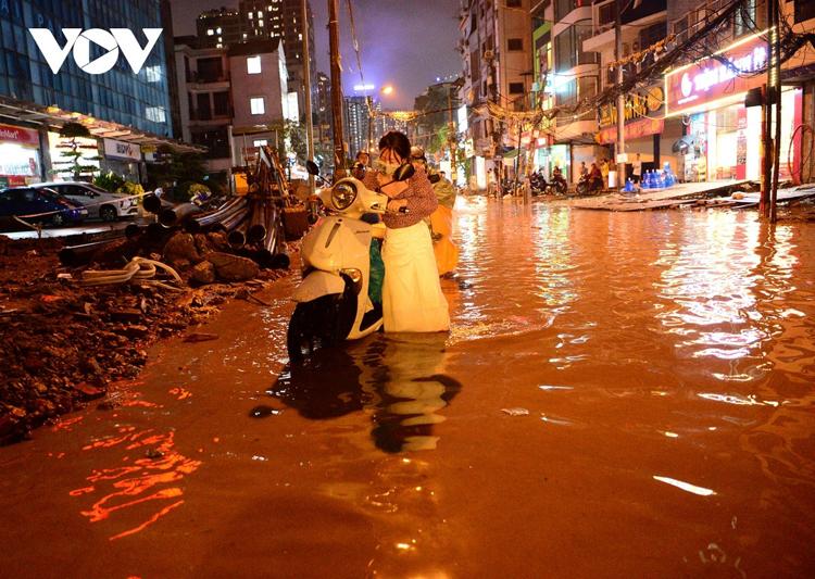 Năm 2021, Hà Nội còn khoảng 11 trọng điểm về ngập úng khi mưa lớn. (Ảnh: Đường Vũ Trọng Phụng mưa nhỏ cũng ngập nặng).
