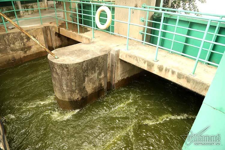 Hai cửa xả ở phố Trích Sài, Hồ Tây được mở đưa nước chảy vào sông Tô Lịch