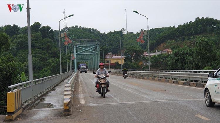 Cầu Yên Bái tạm dừng lưu thông các phương tiện để sửa chữa.