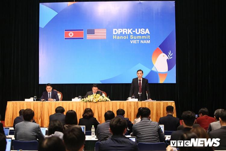 Thứ trưởng Bộ Ngoại giao Lê Hoài Trung phát biểu tại buổi họp báo quốc tế sáng 25/2 tại Hà Nội. (Ảnh: Duy Thành)