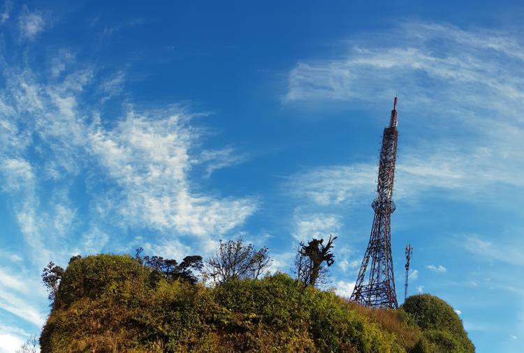 Một trạm phát sóng được lắp đặt trên đỉnh núi Phia Oắc, Cao Bằng.