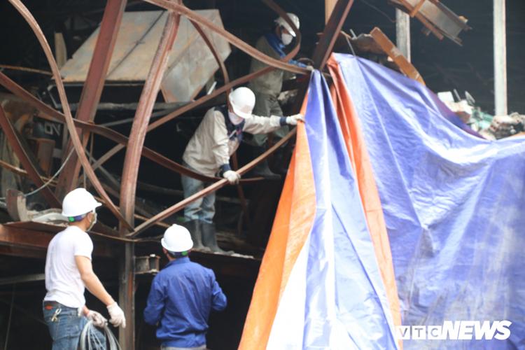 Công nhân căng bạt che chắn tại khu vực xưởng Công ty Rạng Đông giáp ranh khu vực dân cư tại ngõ 342, đường Hạ Đình.