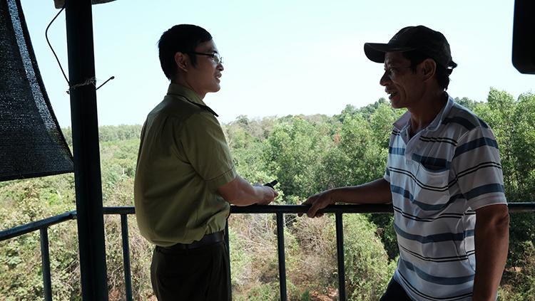 Ông Phạm Ngọc Hải trao đổi với lực lượng kiểm lâm Khu bảo tồn về nguy cơ cháy rừng.              Ảnh: Xuân Lượng.
