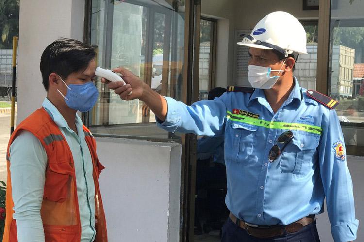 Kiểm tra thân nhiệt thuyền viên nhập cảnh tại cảng Dung Quất.