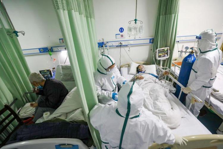 Chăm sóc bệnh nhân nCoV ở Vũ Hán, Trung Quốc. Ảnh: Reuters.