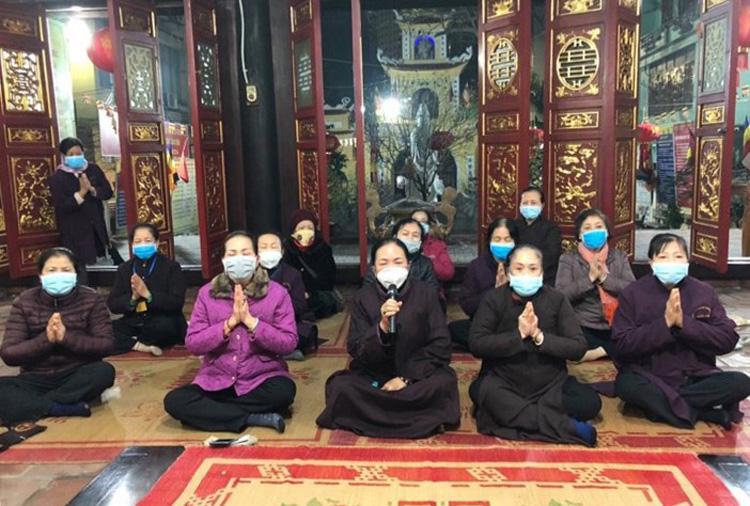 Người dân đeo khẩu trang khi tham dự một khóa lễ tại chùa Long Tiên (Hạ Long)