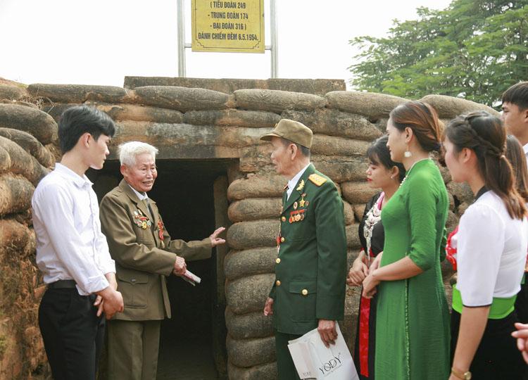 Cựu chiến binh Phạm Đức Cư (thứ hai từ trái sang) và Phạm Bá Miều kể lại những câu chuyển lịch sử của Chiến dịch Điện Biên Phủ cho thế hệ trẻ Điện Biên hôm nay.