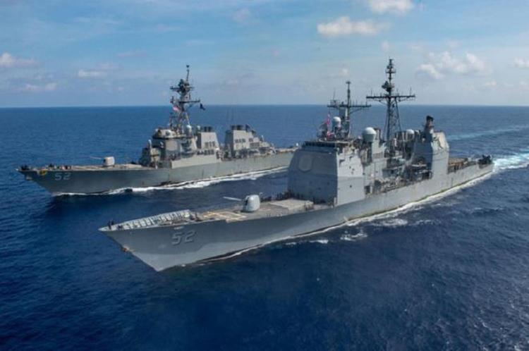Tuần dương hạm USS Bunker Hill (phải) và tàu khu trục USS Barry xuất hiện trên Biển Đông. (Ảnh: Hải quân Mỹ).