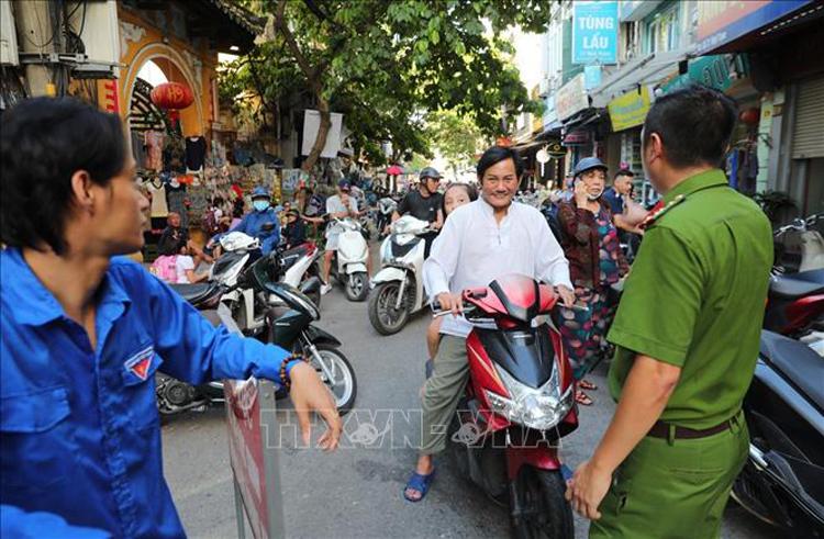 Trường Tiểu học Thăng Long (phường Hàng Bông, quận Hoàn Kiếm) đã phối hợp với các lực lượng chức năng lập lại trật tự giao thông trước cổng trường, một vấn nạn tồn tại nhiều năm qua. Ảnh: Thành Đạt/TTXVN.