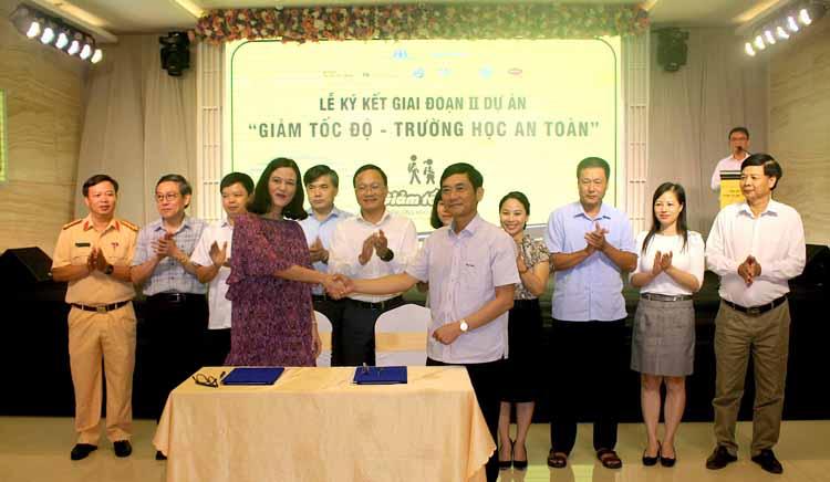"""Ký kết thỏa thuận ghi nhớ hợp tác giai đoạn II dự án """"Giảm tốc độ-Trường học an toàn"""" giữa đại diện Quỹ Phòng chống Thương vong châu Á (Quỹ AIP) và lãnh đạo Ban An toàn giao thông tỉnh Gia Lai. Ảnh: Báo Gia Lai"""