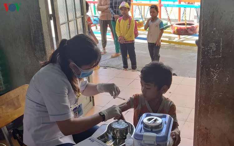 Tiêm vaccine phòng bạch hầu cho trẻ em.