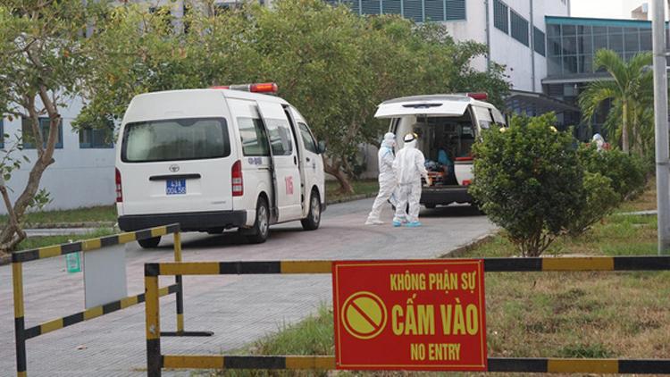 Xe cứu thương chuyển bệnh nhân tới Bệnh viện Trung ương Huế - Ảnh: TH.XUÂN