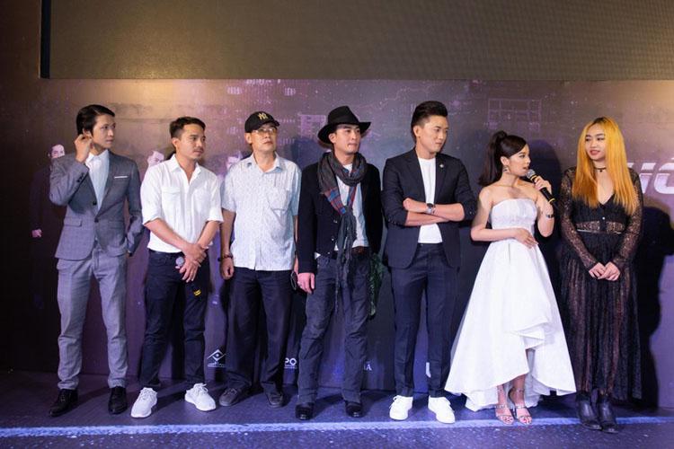 """""""Cuốc xe nửa đêm"""" cũng là bộ phim đánh dấu sự trở lại của """"ông trùm giải trí"""" diễn viên Phước Sang. Nhận lời tham gia một vai trong tác phẩm điện ảnh này, nam diễn viên cũng có mặt tại buổi ra mắt trong trang phục giản dị, vui vẻ trò chuyện cùng mọi người."""