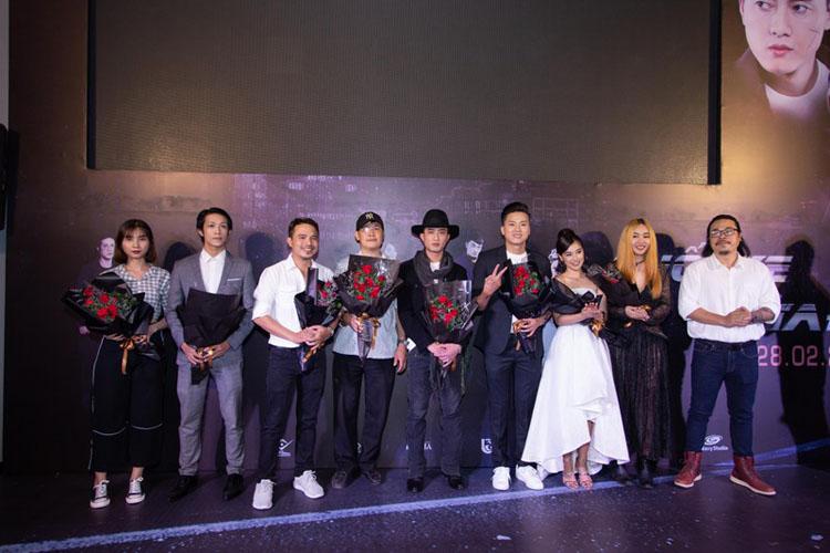 Buổi ra mắt phim còn có sự xuất hiện của diễn viên Song Ngư, Nam Long, vợ chồng diễn viên Chung Nguyễn - Ngân Quỳnh, diễn viên Trịnh Tú Trung, NTK Ivan Trần, MC Hoàng Rapper…/.