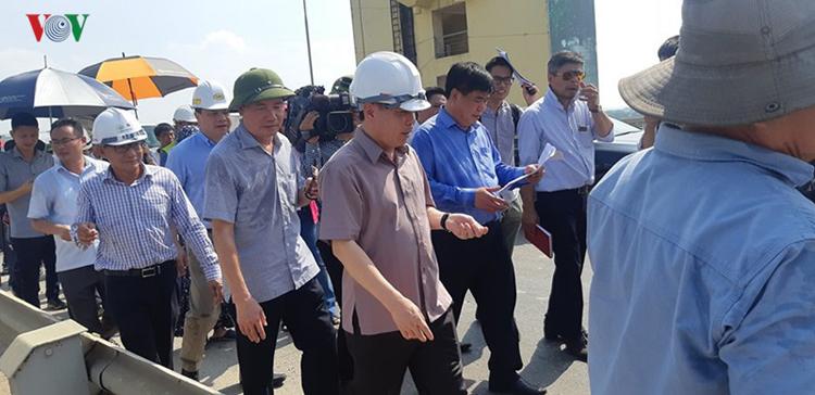 Bộ trưởng Bộ GTVT Nguyễn Văn Thể đi thị sát mặt cầu Thăng Long và đã cam kết sẽ tìm giải pháp để sửa chữa mặt cầu Thăng Long tốt nhất 7-10 năm.