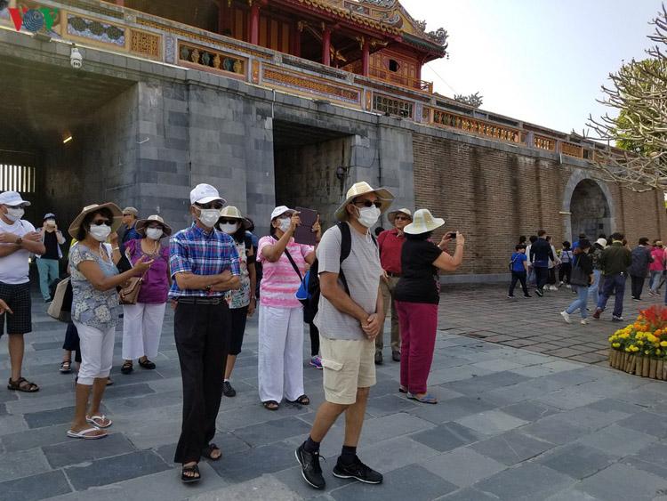 Du khách đeo khẩu trang khi tham quan Đại Nội.