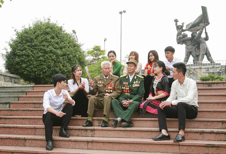 Thế hệ trẻ Điện Biên lắng nghe câu chuyện lịch sử từ các cựu chiến binh.
