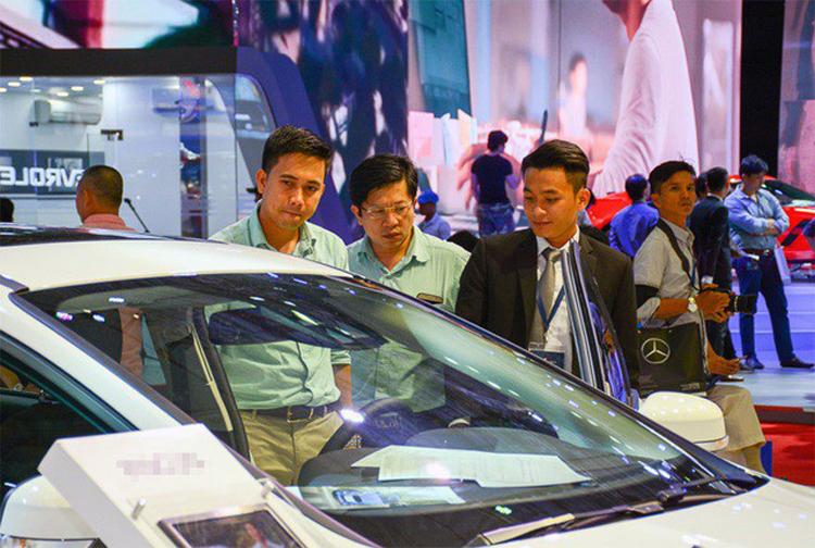 Người mua ô tô sẽ được hưởng lợi kép: vừa được giảm lệ phí trước bạ, vừa có giá thấp.