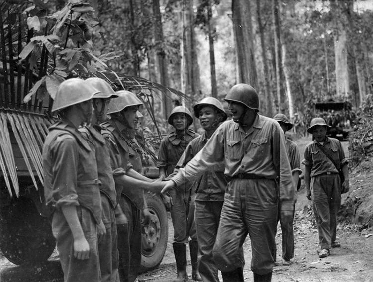 Tư lệnh Đồng Sỹ Nguyên - Tư lệnh Bộ đội Trường Sơn thăm cán bộ, chiến sĩ Tiểu đoàn vận tải 101 thuộc Tiểu đoàn 3 trong một chiến dịch vận chuyển, mùa khô năm 1970-1971. (Ảnh tư liệu)