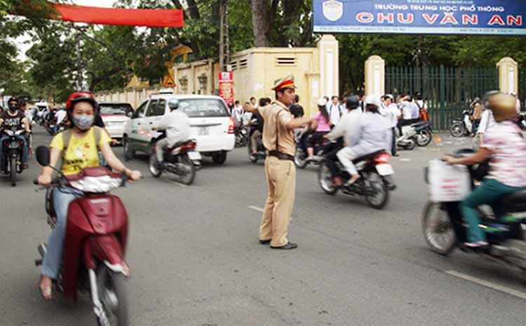 Ùn tắc giao thông tại các khu vực cổng trường học nhiều năm nay đã trở thành một vấn đề nan giải của nhiều đô thị lớn. Ảnh: Hà Nội mới.
