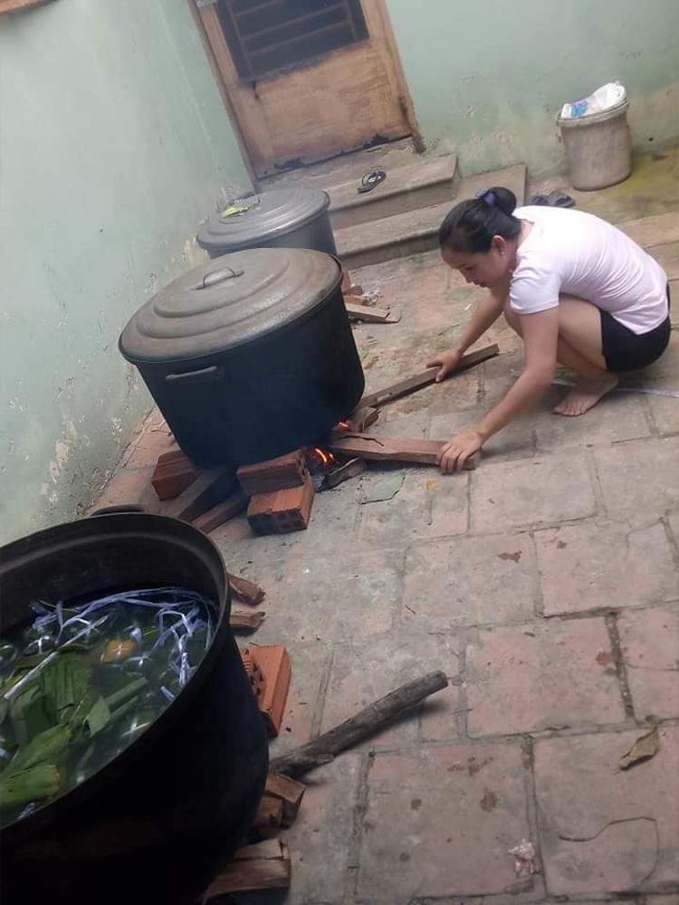 Sau khi rời cơ quan, chị Trần Thị Ngọc Thúy cũng lao vào bếp nấu bánh tét.