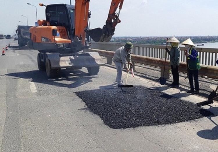 Khắc phục những phần xuống cấp trên mặt cầu Thăng Long.