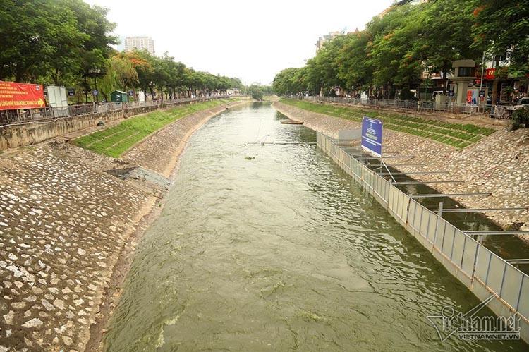 Dòng nước từ hồ Tây cuồn cuộn đổ về làm giảm ô nhiễm dòng sông.